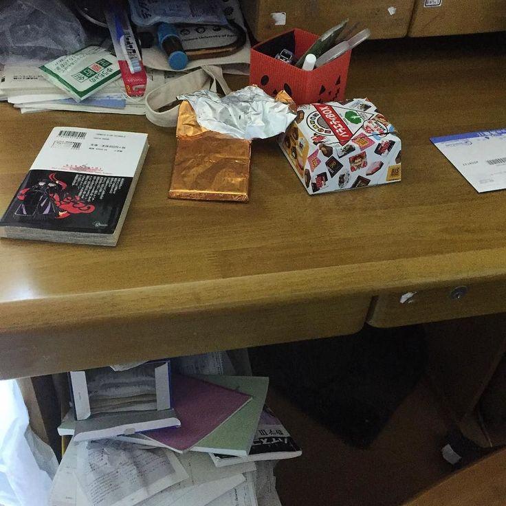混沌とした長男の机 三男は捨魔すぎて過去に学校の地図帳まで捨てたことがありますが長男は貯め魔  物が捨てられない(_;) 昨日は長男の机の周りを掃除多少マシになりましたカビの生えた菓子パンが小さいコンビニの袋に入って丸まって出てきたのはビビりましたが(_;)あと分の残ったお茶のペットボトルが7本  やー心配だわ長男は独立したらゴミ屋敷になるんじゃないかしら