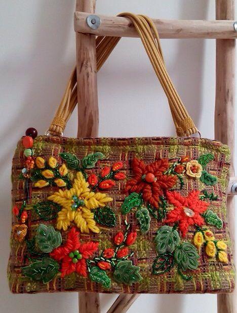 No te pierdas los bolsos bordados hechos por La Miringa.  ¡Te encantarán!