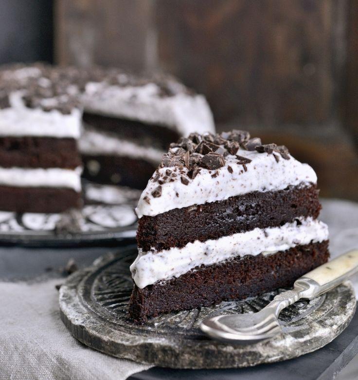 Oppskrift og foto: Franciska Munck-Johansen Superenkel og supergod sjokoladekake Alle bør ha en skikkelig god oppskrift på sjokoladekake. Dette er oppskriften jeg bruker mest. Det er en fyldig, saftig og veldig god kake som kan varieres på veldig mange måter. Her er den lagt sammen med vispet krem tilsatt litt vanilje og sjokoladebiter. Enkelt, men …