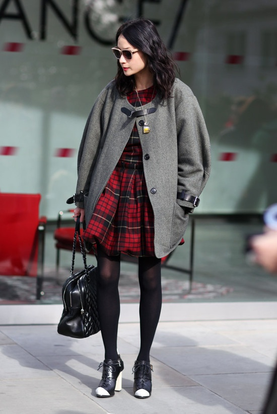 Although I would not wear this outfit, I am very inspired by it's killer fabness.: Street Fashion, Fashion Streetstyle, Inspiration, Red, Tartan Fashion, Clothes, Street Style, Coats