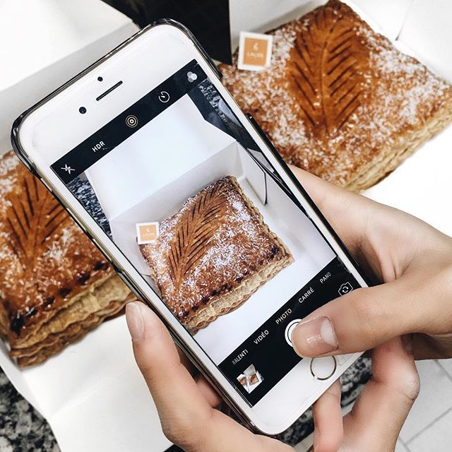 La galette des rois de Frédéric Lalos qui sera disponible cette année est au citron/coco et elle est délicieuse 😋👑 C'est assez surprenant mais c'est une très bonne alternative si vous n'aimez pas la frangipane par exemple ! #fredericlalos #galettes #rois #king #queen #paris #boulangerie #soon #2017 #creation #preview Un honneur de pouvoir la goûter en avant première 💁🏻