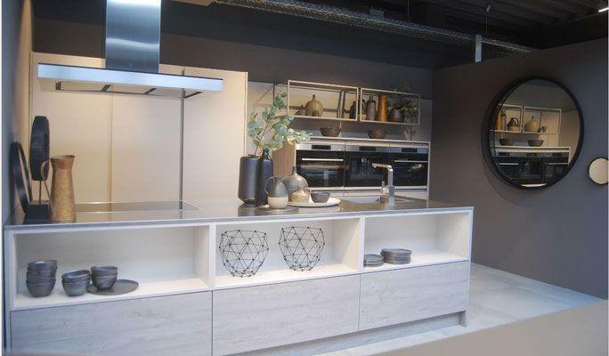 Cuisine En Bois Type Nordique Sans Poignee Avec Ilot Collection Et Tendances 2018 Cuisine Design Toulouse Cuisines Design Meuble Cuisine Cuisine Haut De Gamme