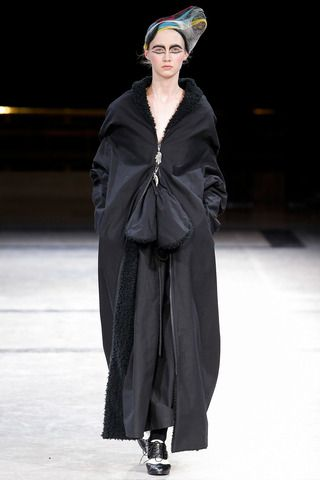 See all the runway and model photos from the Yohji Yamamoto Fall 2014  Ready-to-Wear collection.