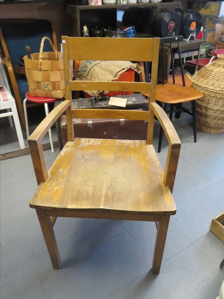 Billnäsin tuoli, tukeva, liimaukset kunnossa, maalattu, maalipinta kulunut, takana Billnäsin laatta. 80 euroa.