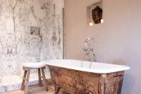 In een oriëntaalse badkamer zijn termen als Feng Shui en Wabi Sabi nooit niet heel ver weg. Hier is het gewoon rustig relaxen en geniet van het moment. Het antieke gietijzeren bad, Kenny&Mason kraanwerk en de keuze van de juiste materialen creëren die ongedwongen relaxe sfeer.