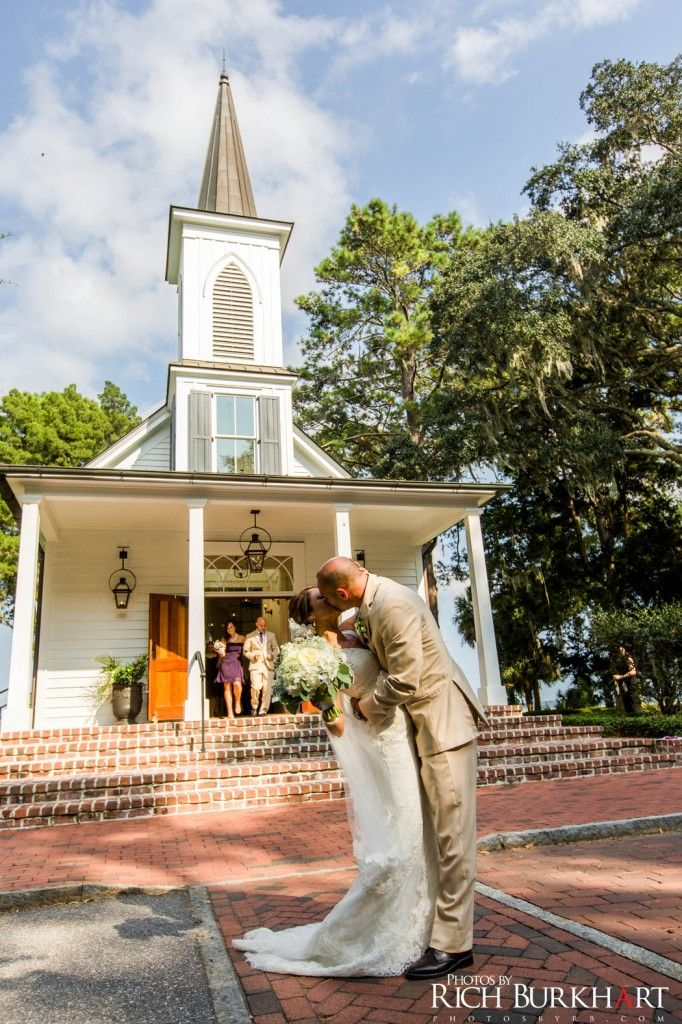Palmetto Bluffs Waterside Chapel Is A Beautiful Venue For A Southern Wedding Photosbyrb