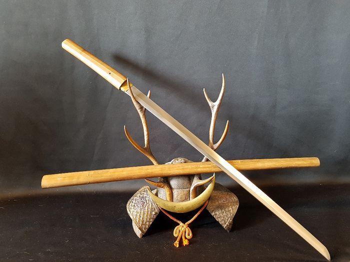 Japanse Katana Nihonto Osufune Hidemitsu 14e eeuw  Groot Samurai zwaard in goede staat een zwaard voor de echte verzamelaarBizen Osafune Hidemitsu.Lengte van het lemmet is 67 cm.Hidemitsu whas een Wazamono zwaardsmit dat betekent van de beste kwaliteit zwaard in het afsnijden.Hidemitsu whas student van de grote Kanemitsu stichter van de swordschool.Osafune zwaarden zijn een van de beste die je voor uw collectie krijgen kuntZwaard is zeer oud blad is in goede conditie en stil scherp.Totale…