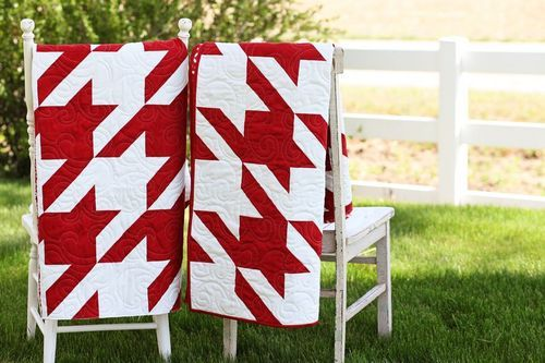 super easy - alternate a diagonal stripe block with a solid blockHoundstooth Quilt, Herringbone Quilt, Diagon Stripes, White Quilt, Quilt Patterns, Black And White, Easy Quilts, Stripes Block, Solid Block