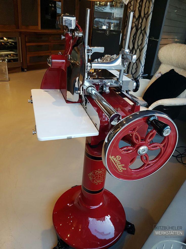 Die neue Aufschnittmaschine mit Schwungrad P15 ist eine Neuauflage des historischen Modells P der 1940er Jahre und lässt deren Schneidperfektion, handwerkliche Einzigartigkeit, Eleganz und Tradition wieder aufleben. Berkel schreibt damit seine eigene Geschichte fort. Jetzt bei den Kitzbüheler Werkstätten erhältlich! #Berkel #Kitchen #Interior #Design #Kitzwerk #VolanoP15