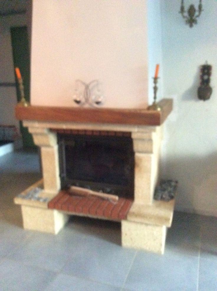 Voilà la cheminee que j'ai depuis environ 24 ans.....j'avais envie d'un peu de changement à moindre prix l'insert a été changer avant l'hiver dernier et je n'avais pas eu le temps de le faire en suivant Et le bricolage commence On a déjà mis la fibre...