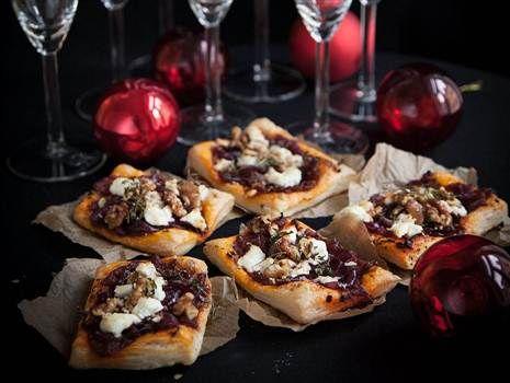 Minipizzor på smördeg med inkokt rödlök, getost och valnötter