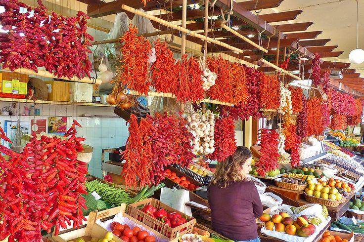 Madeira Urlaub: Sehenswürdigkeiten, Strände & Wandern - via Ferien-Welten 01.04.2015 | 950 Kilometer südwestlich von Lissabon erhebt sich die grüne Spitze des Pico Ruivo Vulkans 1862 Meter über den Atlantischen Ozean. Dieses imposante Grün formt die beinahe paradiesische Insel Madeira. Schon kurz nach der Ankunft auf dem kleinen Flughafen nahe der Hauptstadt Funchal taucht man ein in das idyllische Inselleben, das seines Gleichen sucht. Foto: Madeira Markt in Funchal