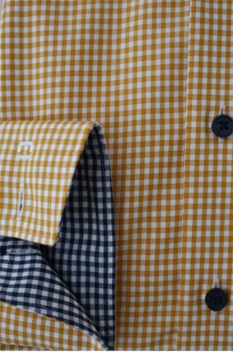 Geel geruit overhemd. Met een leuk afgewerkte kraag.