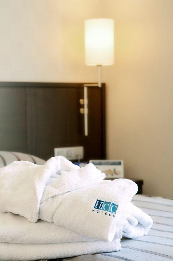 Dispone de 79 habitaciones totalmente renovadas en febrero de 2012, cada una de ellas equipada con TV LCD vía satélite, aire acondicionado / calefacción, minibar, caja fuerte gratuita, teléfono con línea directa al exterior, conexión WIFI gratuita, y baño completo con bañera, secador de pelo, teléfono auxiliar y una cuidada selección de detalles de acogida.