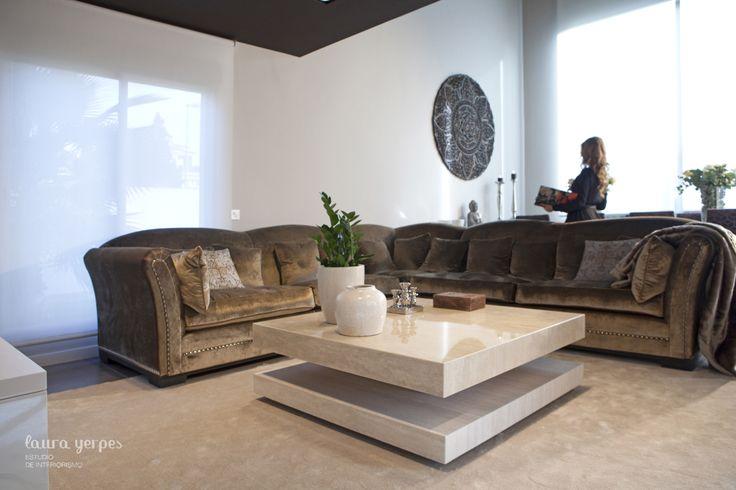 Sal n con sof de ascension latorre y mesa realizada en - Mesa de marmol travertino ...