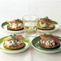 [2] Amuse : Zure aal  - Toastjes met zure appel en paling - Maak voor iedere gast 1 toastje. Ipv paling zou je ook gerookte forel kunnen gebruiken.