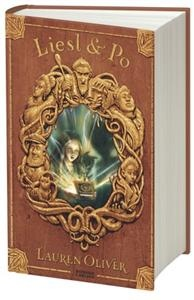 Liesl & Po är en stämningsfull och spännande saga skildrad med humor och värme, som för tankarna till C.S. Lewis och Neil Gaiman såväl som Charles Dickens. Följ med den föräldralösa flickan Liesl, det snälla spöket Po och alkemistlärlingen Will på en äventyrlig jakt efter världens mäktigaste magi!