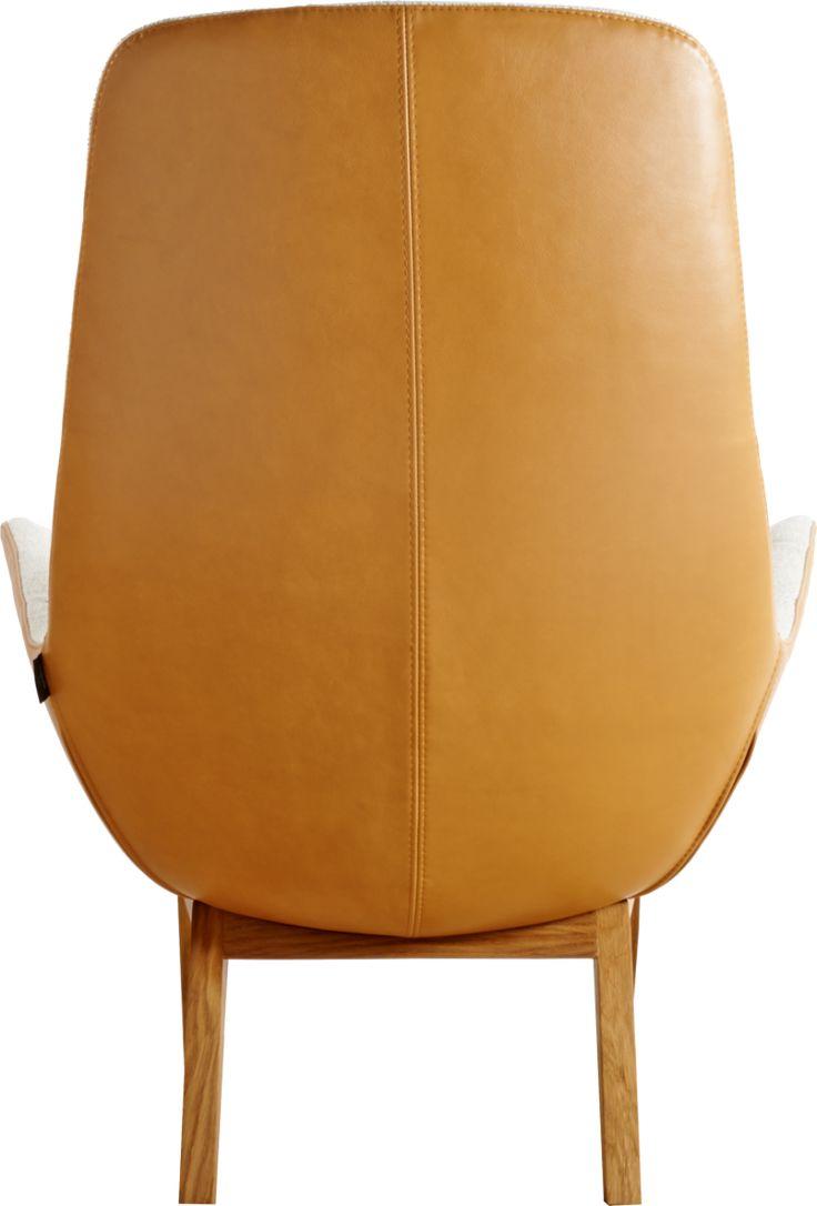 Lenestol laget i Europa i cognac - eller naturfarget skinn og beige, grå eller sort tekstil. Les mer her.