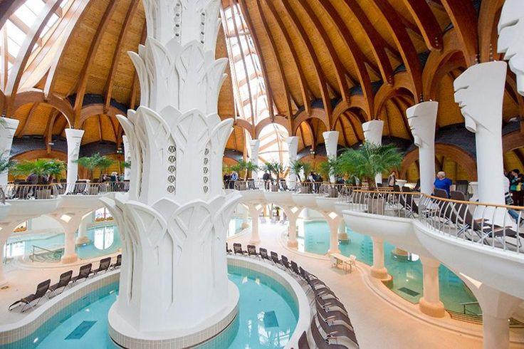 A Makovecz Imre Kossuth-díjas építész tervei alapján készült, Európában egyedülálló, organikus épületben esztétikai élmény a fürdőzés.