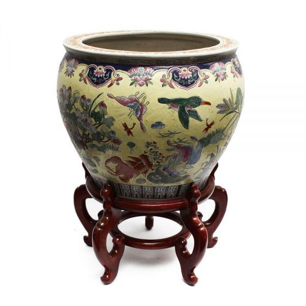 Jarrão dito aquário de porcelana chinesa sobre suporte de madeira. Interior decorado. Dinastia Qing