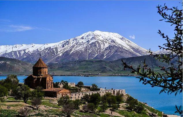 Akdamar Adası ve karşısındaki karlı tepeler Van _ Türkiye