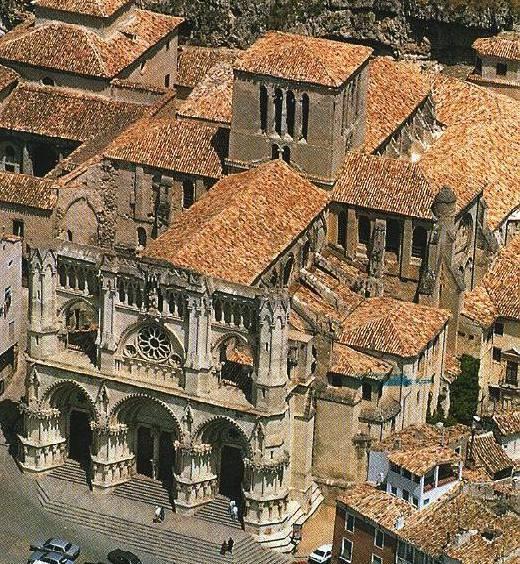 Catedral de Cuenca, España. Su construcción se inicia en 1183 sobre la antigua mezquita, siendo la primera catedral gótica de Castilla. Tiene planta de cruz latina con tres naves y una sola en el crucero, y un ábside poligonal de siete lados.