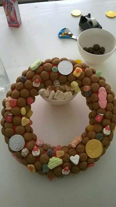 Sinterklaas krans (basis: strokrans, crêpe papier en daarop kruidnoten en snoepjes) (foto van de Action fanpagina)