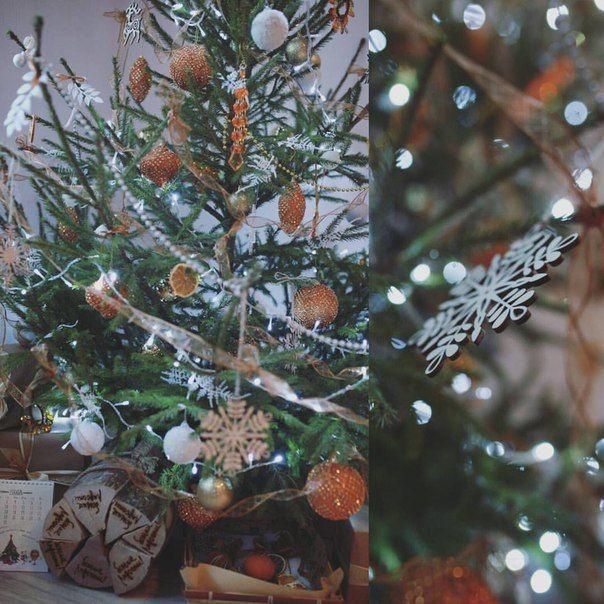 Сушеные апельсины, оранжевые шары, деревянные снежинки. ❄ Новогоднее настроение обеспечено! Нарядили елочку для Юлии ❤  #chicwed #chicwedding #цветыспб #доставкацветов #радость #зима #зимнеенастроение #зимаспб #зимнийдекор #счастье #питер #спб #цветыназаказ #моднаяелка #елка #любовь #декорелки #букет #домашнийуют #новогоднеенастроение #новыйгод #новыйгод2016 #сегодня2016 #рождество #зимниеканикулы #новогоднийдекор #новогоднееоформление #цветы #шик