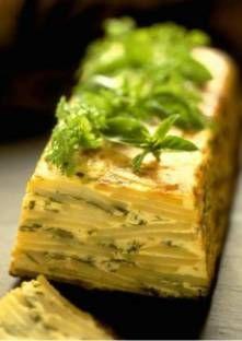 Cake de pommes de terre aux fines herbes/1,5 kg de pommes de terre pelées 1 bol de fines herbes mélangées (persil, ciboulette, cerfeuil, thym) 400 ml de crème fraîche 200 ml de lait écrémé 100 g de gruyère râpe
