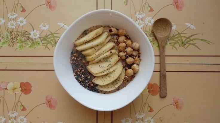 """<p></p> <ol start=""""3""""> <li><strong> Papa de cevada com maçã e avelãs</strong></li> </ol> <p><u>Ingredientes para 2 papas:<br /> </u>- 1 chávena de flocos de cevada<br /> - 1 chávena de leite vegetal (pode ser necessário mais para retificar a textura da papa no final)<br /> - 1 banana grande ou 2 pequenas<br /> - 2 maçã grande ou 2 pequenas <br /> - 1 colher de chá de alfarroba<br /> <br /> - 1 colher de sopa de manteiga..."""