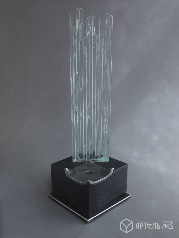 Артель м3 предлагает вам изделие - подсвечник серия: elementum (элементали)   Мы соединили элементы земли и воды*, дерева и металла, огня.  Пламя свечи, отражаясь в стекле замыкает цикл.  *стекло производится из песка (земли), а по своей сути это жидкость (вода)  Прекрасный подарок для себя или друга, изготовленный исключительно ручным способом. Имеется возможность составить композицию из двух или четырех подсвечников.