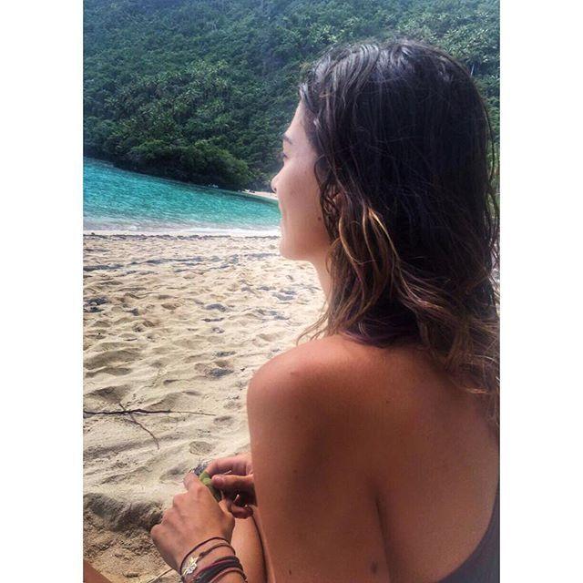 Alıyorsun okyanusu karşına oturuyorsun ve izliyorsun.. Dinleniyorsun.. Oraya oturunca hep bi bade yada bir dal olurdu elimde maksat bir uğraşım olsun:) #cokşükürbinşükür #survivor2016 #dominicanrepublic