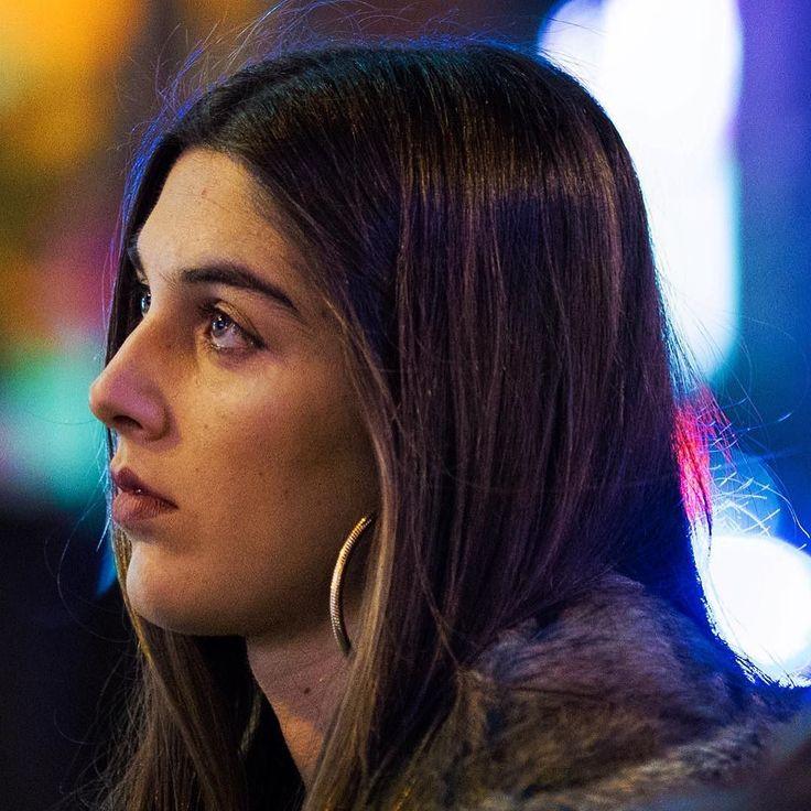 esperando // waiting  #madrid #callao #streetphotography #candid #candidshot #girl #pretty #beautiful #longhair #pelolargo #retrato #portrait #bella #ojos #chica #mirandohaciaarriba