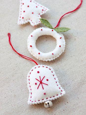 ツリーやベルをかたどったフェルトを2枚重ね合わせ、中に綿を詰めて立体的なオーナメントに。赤のステッチがクリスマス感いっぱい!
