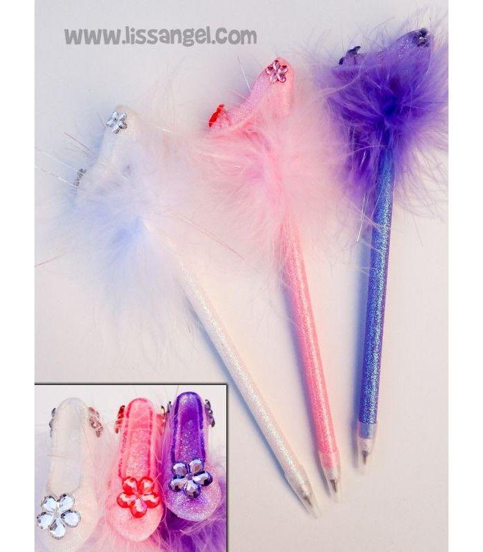 Un bolígrafo dedicado a ellas, a nuestras #princesas. Bolígrafo original con #purpurina y en un extremo un bonito #zapato de princesa adornado con suaves plumas de colores. Uno de nuestros bolígrafos más cuquis sin duda.  #boligrafos #papeleria #zapatos #cenicienta