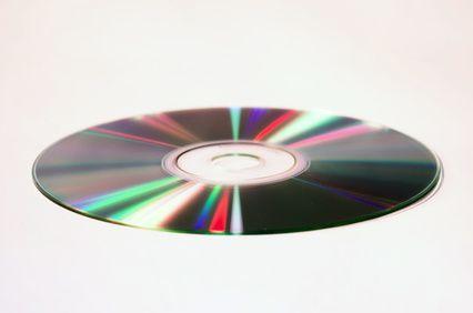 Cómo quitar con seguridad las etiquetas adhesivas de los CD | eHow en Español