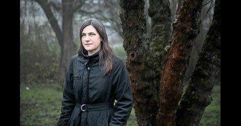 Åsa Greenvalls mörka och kantiga seriekonst har många fans. I höstens nya serieroman berättar hon om en kärlekslös uppväxt.