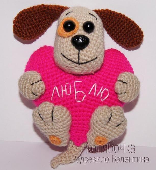 В преддверии Дня всех влюбленных предлагаем Вашему вниманию вязаную валентинку-щенка. Подарите своим любимым маленькое вязаное чудо, сделанное собственными руками. От такого подарка всегда веет душевной заботой и теплом.