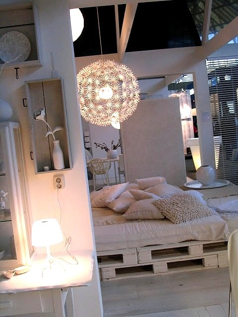 palet bed white washed
