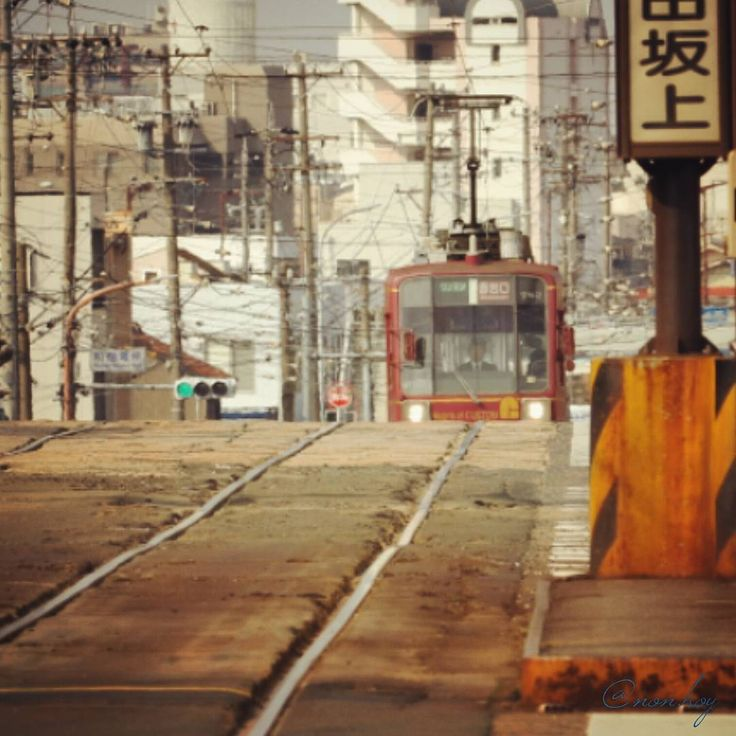 """""""work hard ! 愛知県豊橋市 #路面電車 #tram #豊橋鉄道 #市電 #豊橋 #toyohashi #坂 #鉄道 #電車 #撮り鉄 #ゆる鉄 #canon #ptk_japan #写真好きな人と繋がりたい #写真撮ってる人と繋がりたい #ファインダー越しの私の世界"""""""