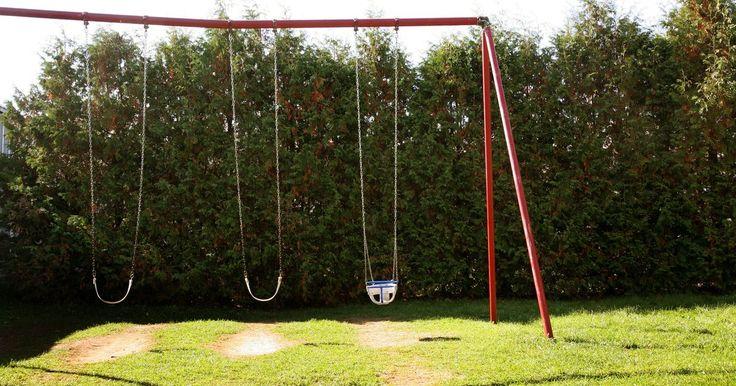 """Como fazer um balanço em forma de """"A"""". Você pode construir o seu próprio balanço em forma de """"A"""" em seu quintal para proveito de toda a família. A estrutura deste tipo de brinquedo é projetada para segurança, durabilidade e diversão. Você pode customizar o balanço para atender suas necessidades adicionando mais assentos ou uma cadeirinha para bebês. Construa um balanço em forma de """"A"""" ..."""
