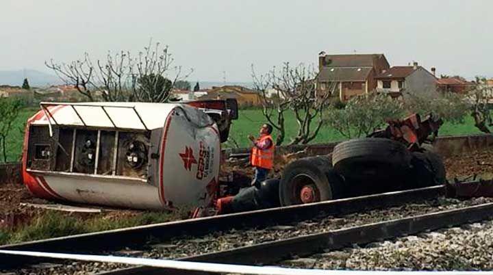 El conductor de un camión ha fallecido este martes tras colisionar el vehículo con un tren regional express que cubría la línea Madrid-Badajoz, y transportaba a 38 pasajeros.