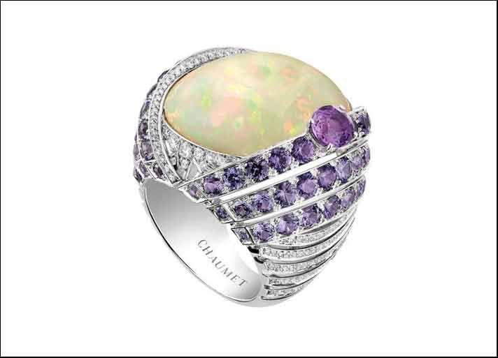 Chaumet Lumières d'Eau: anello in oro bianco, con diamanti, zaffiri viola e un opalino bianco cabochon di 18 carati