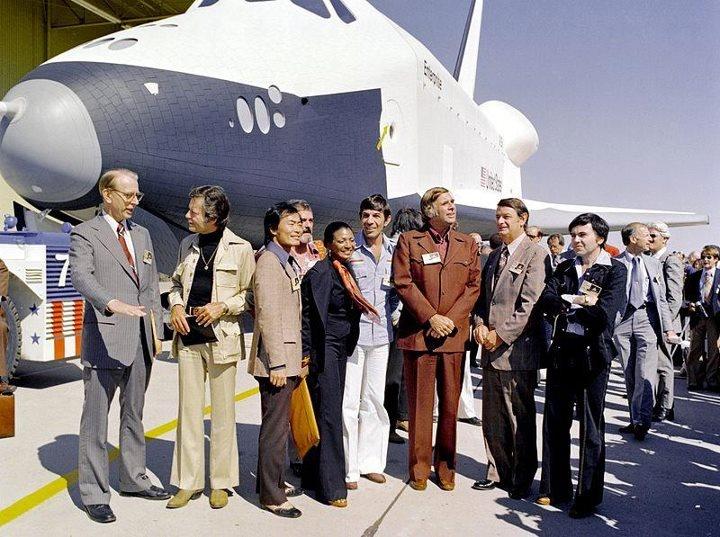 Gene Roddenberry junto com os membros do elenco de Star Trek no lançamento do ônibus espacial Enterprise.