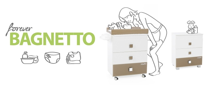 Il bagnetto/fasciatoio si trasforma in un'elegante cassettiera: infatti le parti metalliche e le rotelle vengono sostituite dal top di finitura e dai piedini forniti in dotazione.