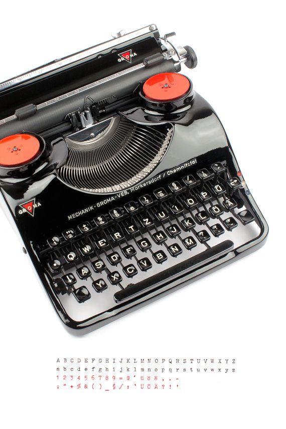 Die seltene, tragbare Groma Modell N produzierte etwa 1951 in Deutschland VEB Groma Büromaschinen. Der Hersteller Groma ist bekannt für seine berühmten Kolibri Schreibmaschinen. Das Modell N war wie der Kolibri von Leopold Ferdinand Pascher entworfen.  Es ist eine erstaunliche Schreibmaschine, weil alles einfach perfekt ist. Die kurvige Körper ist sehr harmonisch, elegant und gut durchdacht. Die Maschine sieht schön aus jeder Engel, Sie können auch sehen, wie viel Liebe im Detail, wie die…