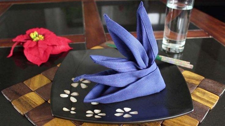 pliage serviette original en tissu violet, assiette et couverts de style japonais