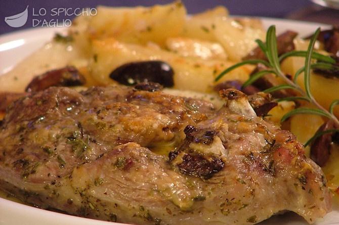 Agnello al forno con patate e olive