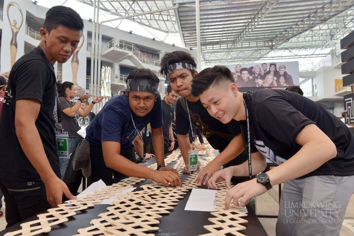 Participants of 'Future is now' Architectural Workshop used ice cream sticks to explore the practical application of kinetic energy. This icebreaker activity was called the 'Dragon Spine'. Check out the rest of the photos here: http://www.limkokwing.net/malaysia/news/article/limkokwing_university_hosts_annual_architectural_workshop