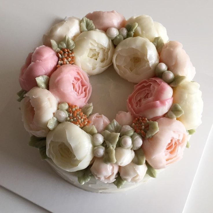 Peony Wreath Flower Cake #bloomingblossoms #cakery #flowercake #buttercream…